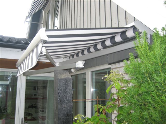 Rejäl terrassmarkis med korsade armar